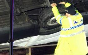 У Британії поліцейський руками втримав вантажівку, яка падала з обриву