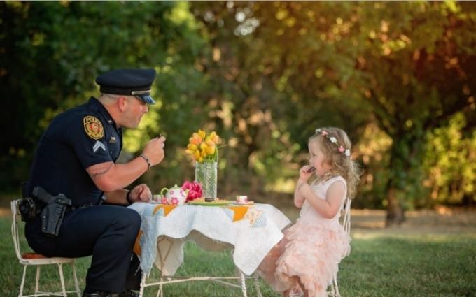 Двухлетняя девочка устроила чайную вечеринку для копа, который спас ей жизнь: трогательные фото