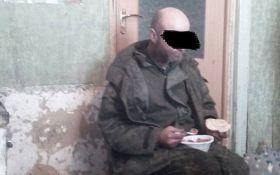 Украинские бойцы показали захваченного в плен террориста РФ