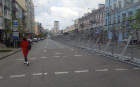 У Києві встановили паркан між колонами прихильників Порошенка та Зеленського (ФОТО)