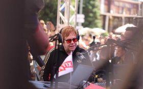 В Киев прилетел легендарный музыкант Элтон Джон: опубликованы фото и видео