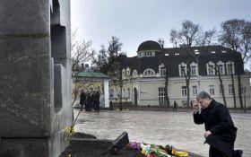 Геноцид украинцев: Порошенко эмоционально почтил память жертв Голодомора