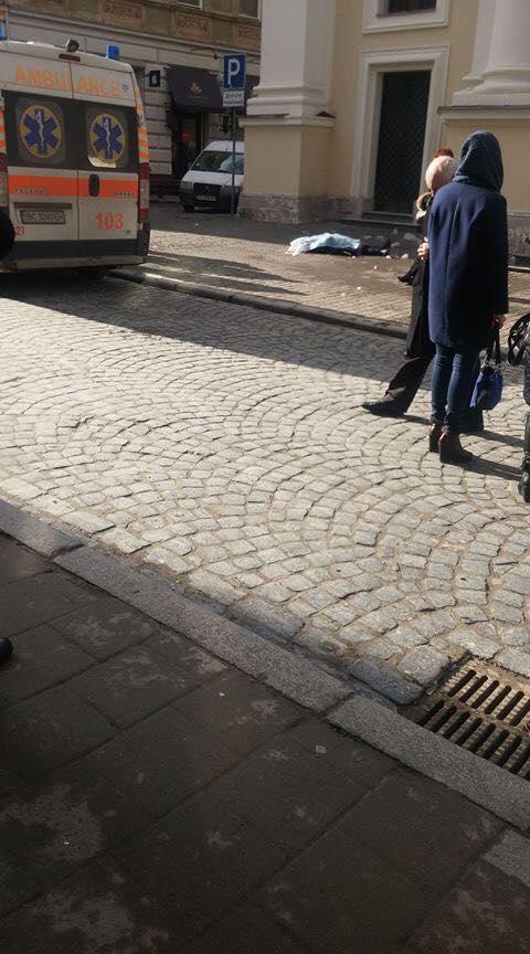 Во Львове глыба льда убила женщину: появилось фото с места трагедии (1)