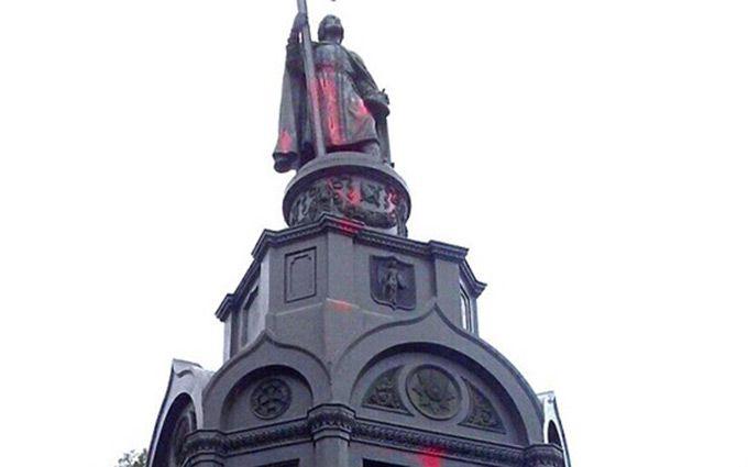 Вандали в Києві поглумилися над знаменитим пам'ятником: опубліковані фото