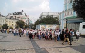 Полиция отогнала от крестного хода девушек с жесткой картиной: появилось фото