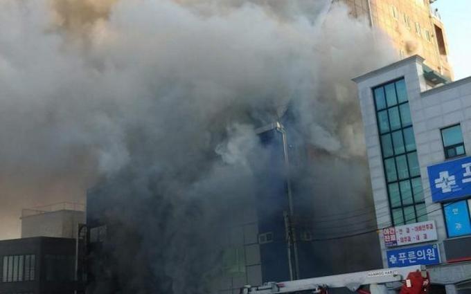 В Южной Корее при пожаре в фитнес-центре сгорели десятки людей: появилось видео