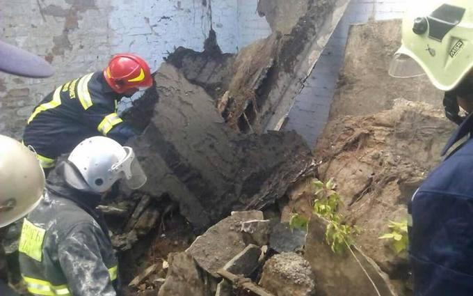 У Києві обвалився будинок, під завалами опинився підліток: з'явилися фото і відео