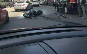 В центре Киева произошло драматичное ДТП с мотоциклистом: появились фото