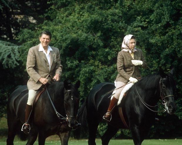 90-летняя королева Великобритании прокатилась на пони в элегантном наряде: появились фото (4)