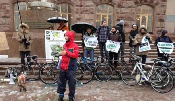 Возле КГГА велоактивисты устроили протест