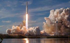 Маск показав, як прискорювач Falcon Heavy на великій швидкості впав у океан: видовищне відео