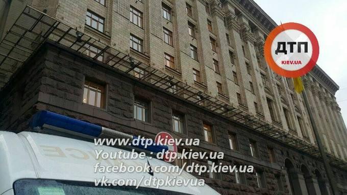 У самому центрі Києва сталася страшна НС з робочим: опубліковані фото і відео (1)
