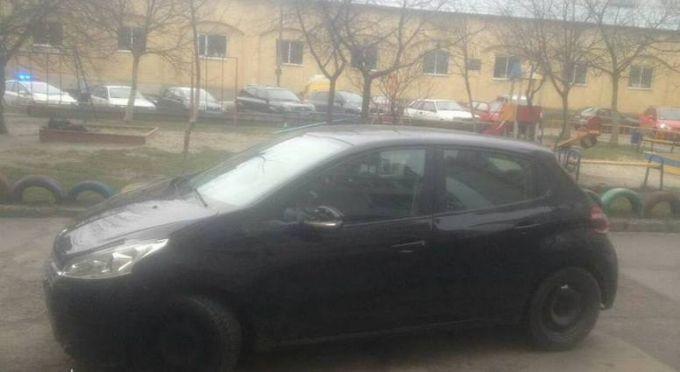 Во Львове женщина сбила полицейского и полкилометра протянула его на капоте: появилось видео