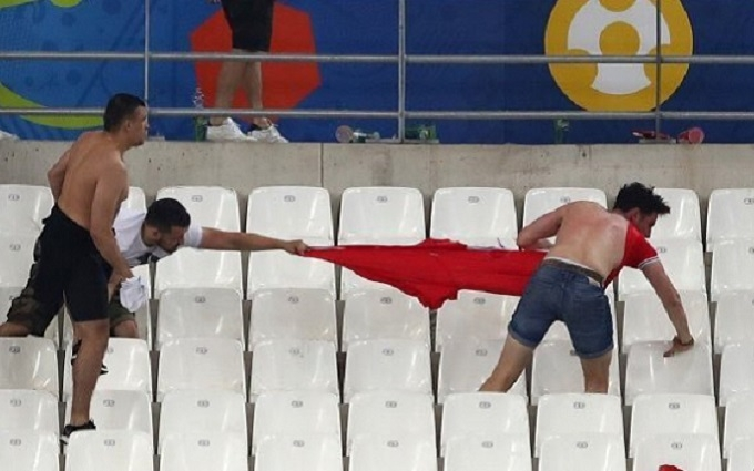 Россияне на Евро-2016 продают окровавленные флаги британских болельщиков: опубликованы фото