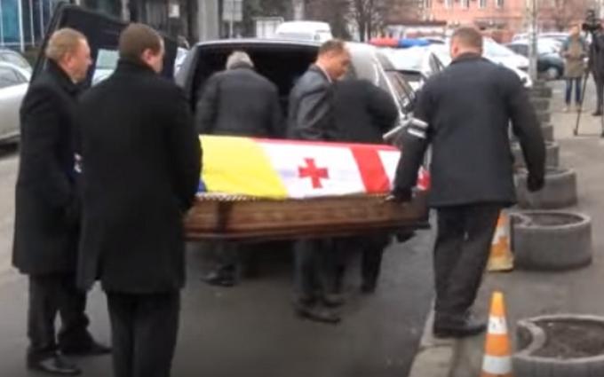 В Киеве хоронят Гонгадзе, гроб укрыли двумя флагами: появилось видео