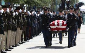 У США емоційно прощаються з Джоном Маккейном: фото і відео першої церемонії прощання
