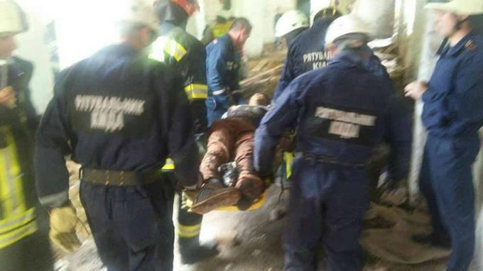 У Києві обвалився будинок, під завалами опинився підліток: з'явилися фото і відео (1)