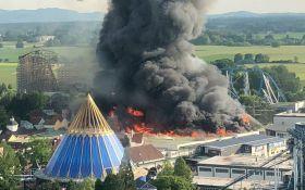 В крупнейшем парке развлечений Германии произошел мощный пожар: опубликованы фото и видео