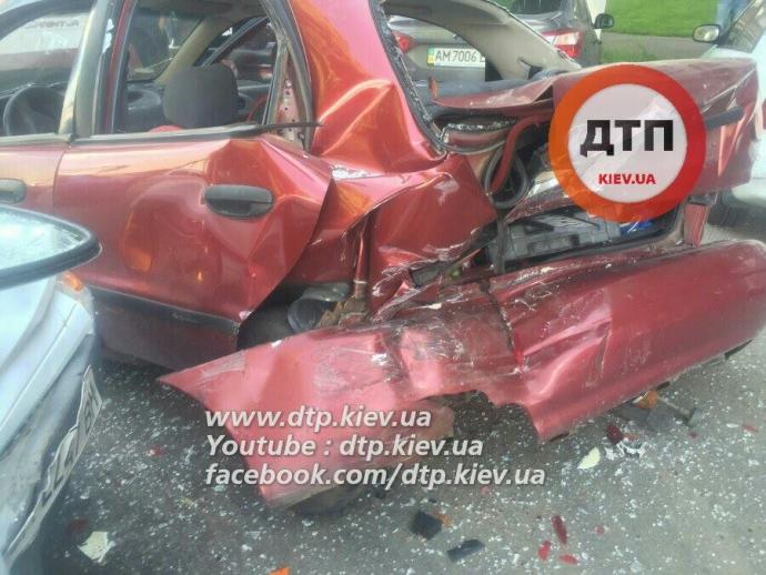 У Києві п'яний водій розбив чотири машини: з'явилися фото (1)