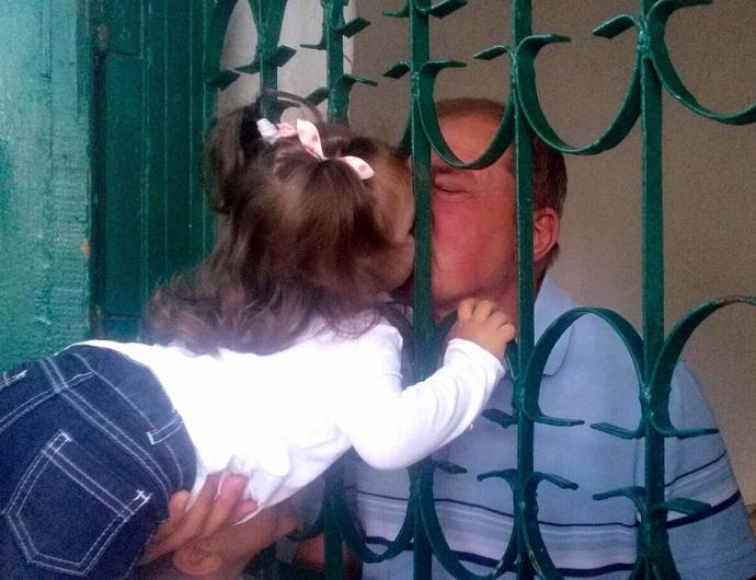 Путінський в'язень в Криму поспілкувався з онуками: з'явилося пронизливе фото (1)