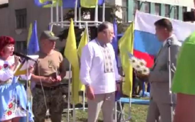 На звільненому Донбасі стався інцидент з мером міста і прапором Росії: з'явилося фото (1)