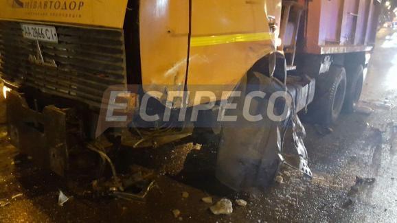 В Киеве произошло пьяное ДТП с грузовиком, есть пострадавшие: появились фото (1)