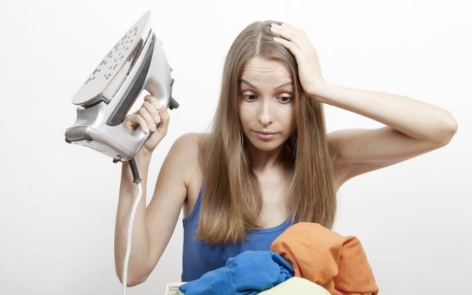 Как погладить одежду без утюга: 10 лайфхаков для ленивых