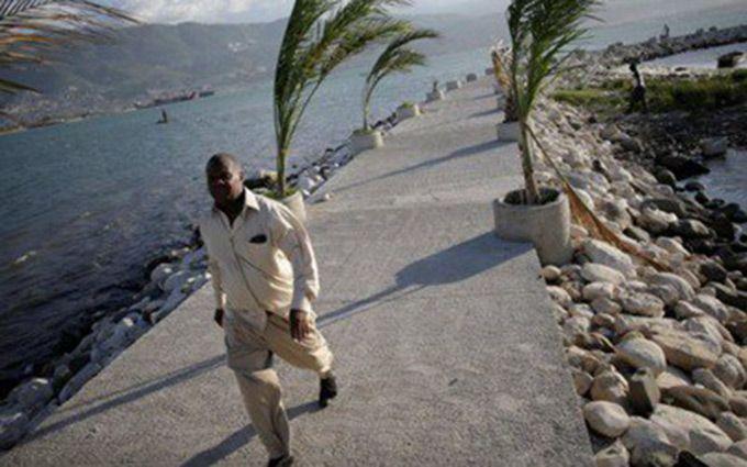 Через ураган евакуюють жителів Гаїті і знамениту базу Гуантанамо: з'явилося відео
