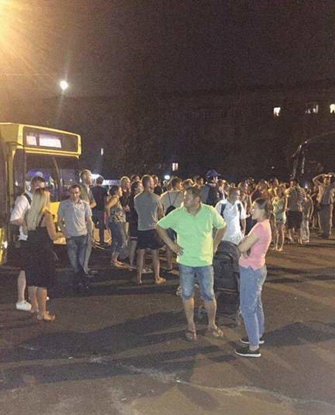Киевляне в знак протеста перекрыли Харьковское шоссе: появились фото и видео (3)