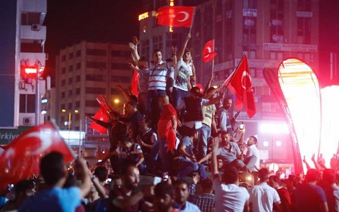 Люди проти танків і стрілянина по цивільним з вертольота: з'явилися драматичні відео з Туреччини