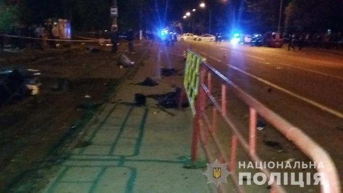 В Одессе BMW влетел в остановку, погибли люди: появились жуткие фото и видео с места аварии (5)