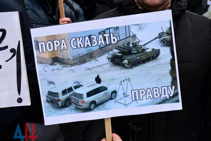 Боевики ДНР согнали на митинг против ОБСЕ смешное число людей: появились фото (1)
