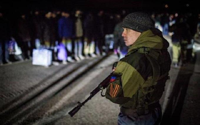 """Слетаются """"стервятники"""": как на Донбассе обманывают родных заложников"""