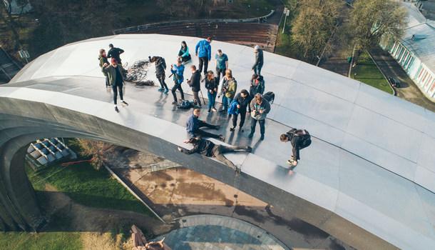 В Киеве руферы устроили экстремальный подъем на Арку Дружбы народов: зрелищные фото и видео (1)