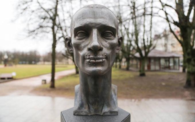 В Вильнюсе поставили памятник борцу с Путиным с зашитым ртом: выложено фото
