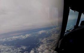 Самолет влетел в ураган Ирма: опубликовано впечатляющее видео