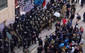 У Харкові поліція з боєм відтіснила пікетувальників від Сбербанку Росії: з'явилися фото і відео