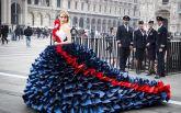 Британская модель поразила зевак на улицах Милана потрясающим платьем: яркие фото