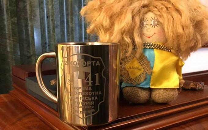 «Ельфи» з АТО подарували Порошенкові кухоль: опубліковані фото