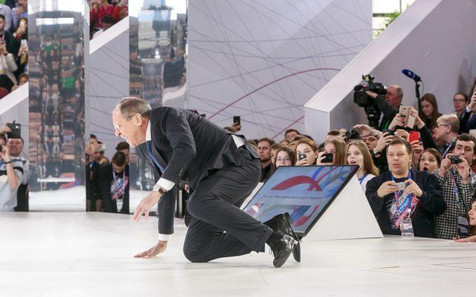 Упал на колени: появилось видео конфуза Лаврова на форуме в Москве