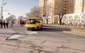 У Києві сталася ДТП з громадським транспортом, є постраждалі: з'явилися фото