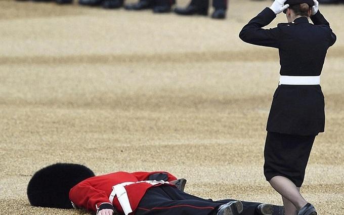 Соцмережі підірвало відео з гвардійцем, який впав на ювілеї Єлизавети II