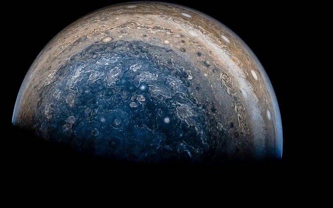 NASA показало новые снимки с южного полюса Юпитера
