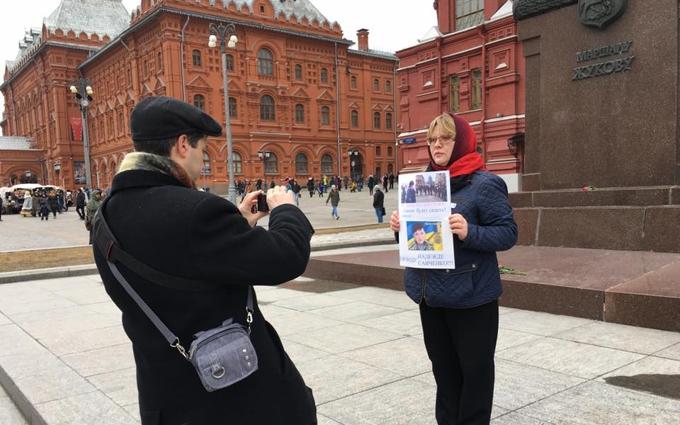 В Москве задержали женщину с портретом Савченко: опубликовано фото