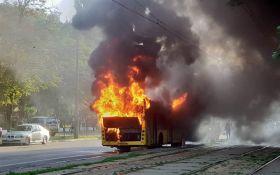 В Киеве вспыхнул автобус: опубликованы шокирующие фото и видео