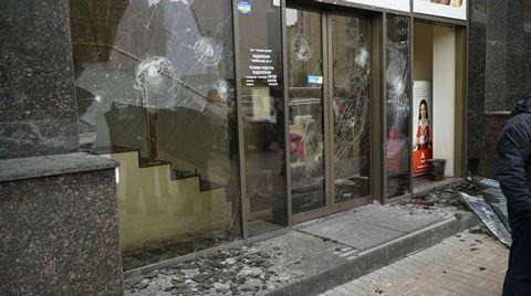 В Киеве забросали камнями российские банки: опубликованы фото (5)