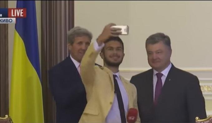 Український журналіст повеселив Порошенка і Керрі: опубліковано відео