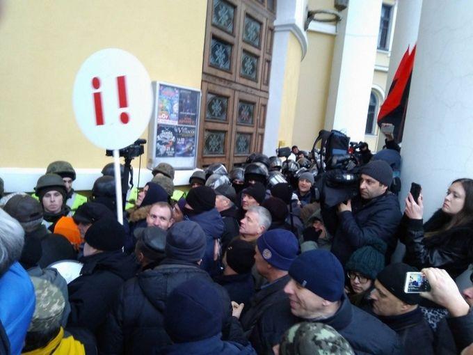 Соратники Саакашвили штурмуют Октябрьский дворец в Киеве: появилось видео
