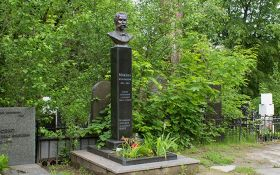 В Киеве неизвестные похитили бюст с могилы политического деятеля Михновского: появилось фото