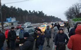 Киев взбудоражили перекрытые трассы с горящими шинами: появились фото и видео